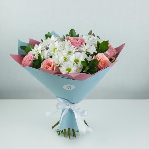Леон с розовыми розами, хризантемой и зеленью