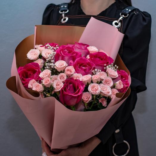 Крупные и кустовые розы с гипсофилой