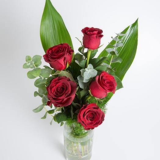 5 красных роз с зеленью в вазе