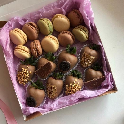 Набор в коробке из клубники в шоколаде и макарун