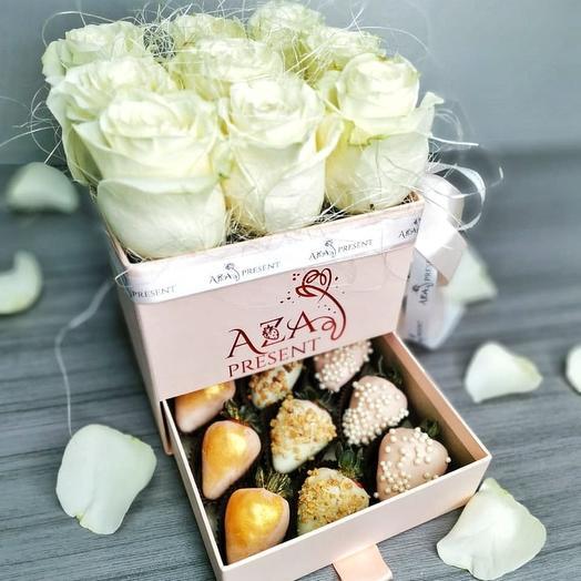 Белые розы в шкатулке с клубникой