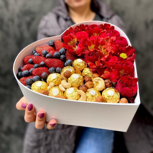 Коробка сердце с конфетами орехами и ягодами клубники и черники