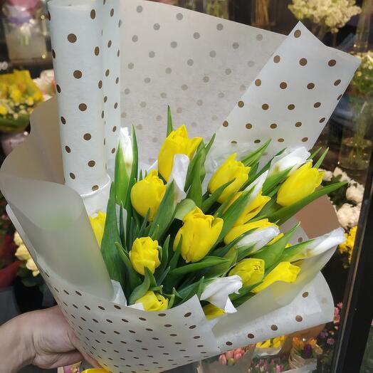 Тюльпаны жёлтые  с  белыми ирисами
