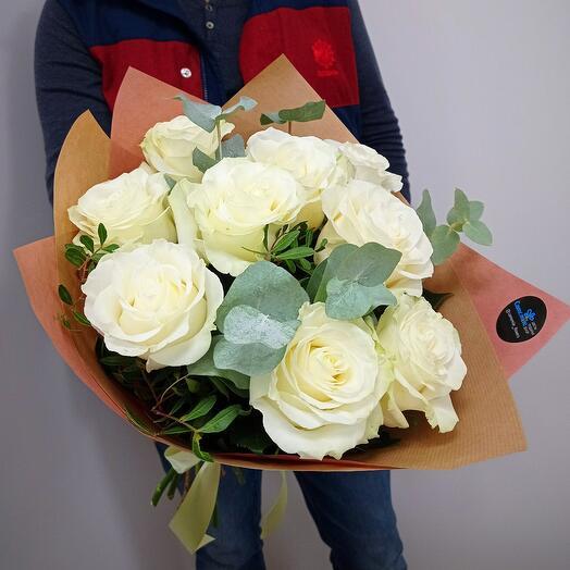 Белые пионовидные розы с эвкалиптом