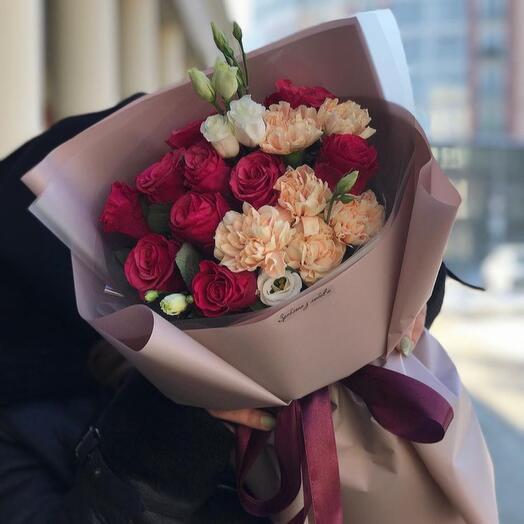 Сборный букет из роз гвоздик и эустомы