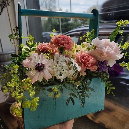 Ящик с пионами, розами, анемогами, латирусом