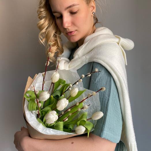 Белые тюльпаны с вербой