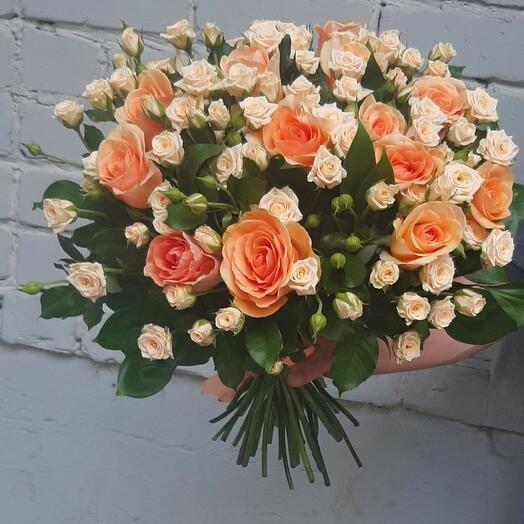 Роскошный букет с кустовыми розами