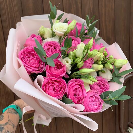 Букет из кустовой пионовидной розы и эустомы «Саманта»