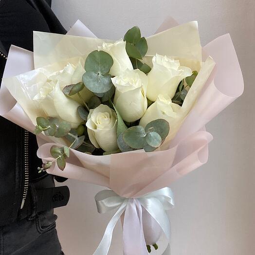 Букет из 7 белых роз с эвкалиптом