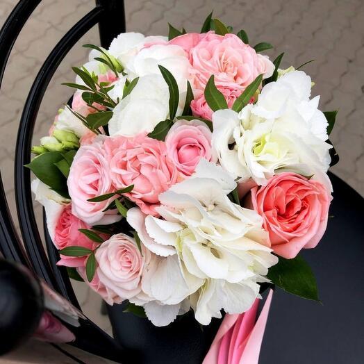 Букет невесты с белой гортензией и пионовидной розой