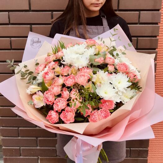 Букет изкустовых роз и хризантем