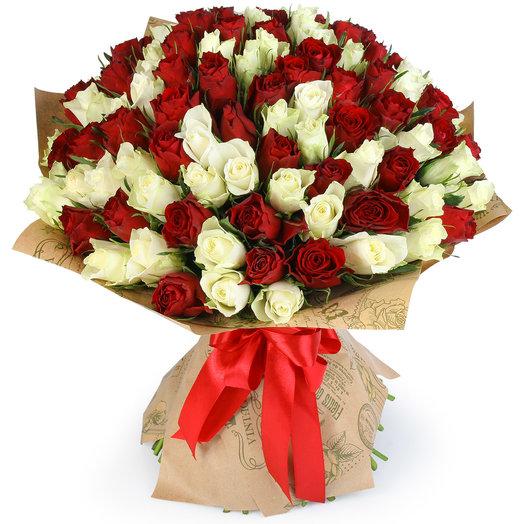 """Букет из 101 красной и белой розы """"Избраннице"""": букеты цветов на заказ Flowwow"""