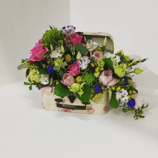 Чемодан с бегонией и из тюльпанов, роз, лизиантуса, хризантемы: букеты цветов на заказ Flowwow
