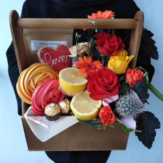 Вкусная коробочка с чаем. Лимоном и сладостями: букеты цветов на заказ Flowwow