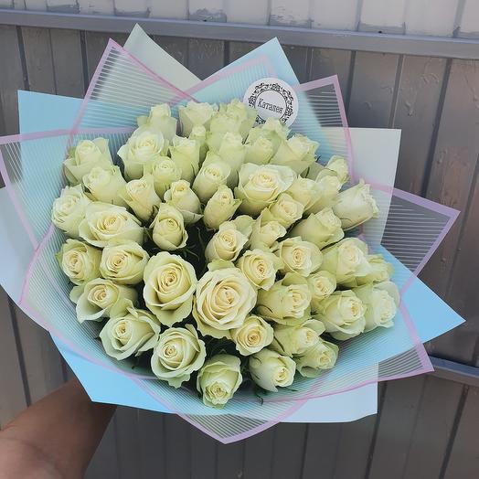 51 роза белая в дизайнерской упаковке
