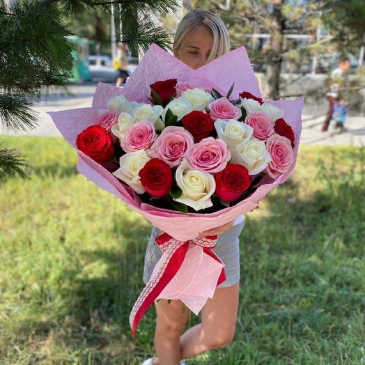 25 роз с зеленью