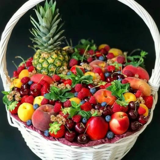 Корзина фруктов и ягод