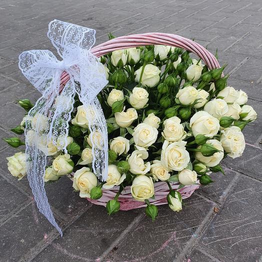 25 кустовых роз в корзине