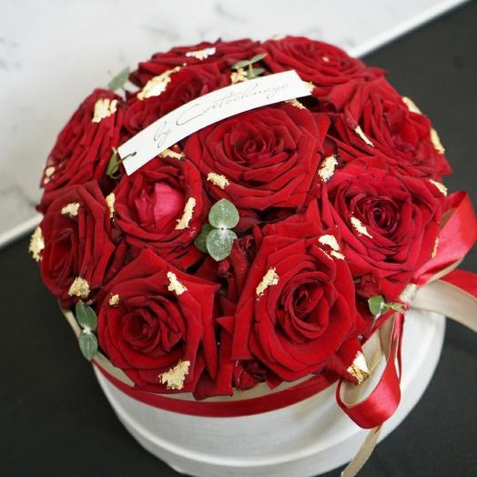 Красные розы с золотой паталью