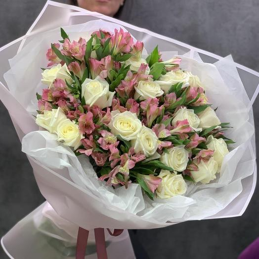 17 белых роз и 10 альстромерий
