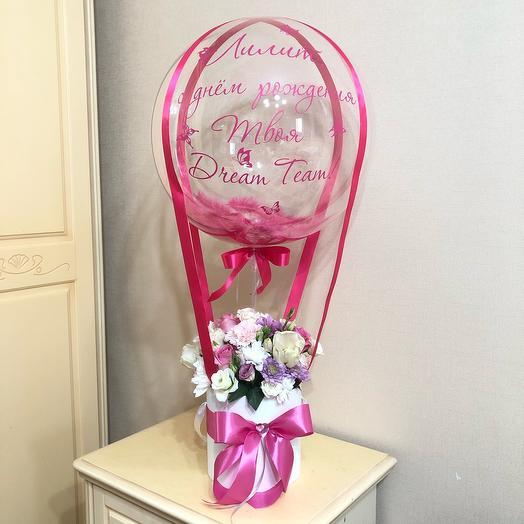 Цветы в коробке с воздушным шаром