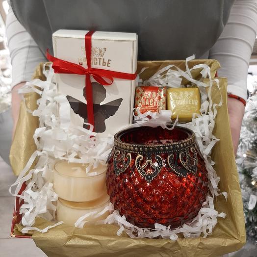 Подарок с красным подсвечником