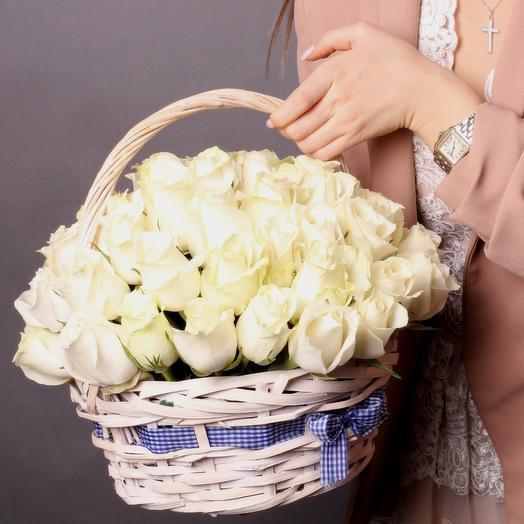 51 белая роза в плетёной корзинке