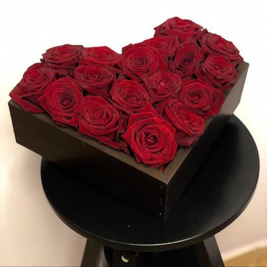 17 Красных роз в ящике ручной работы в форме сердца
