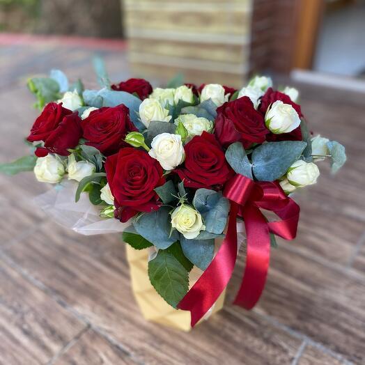Шляпная коробка с красными розами