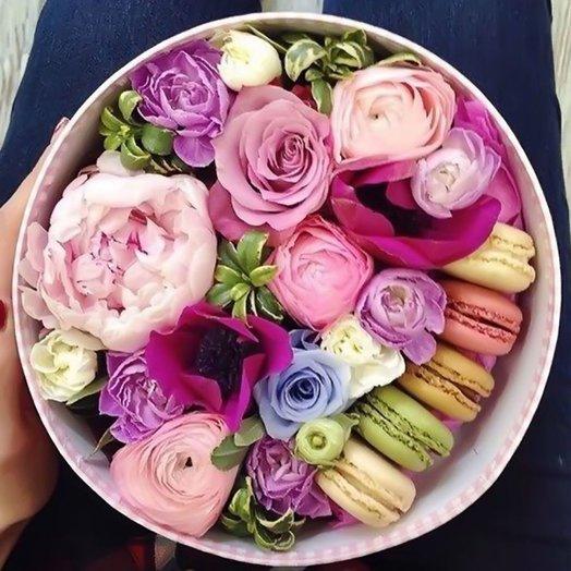 Шляпная коробка с цветами и макарони «Вам подарок»: букеты цветов на заказ Flowwow