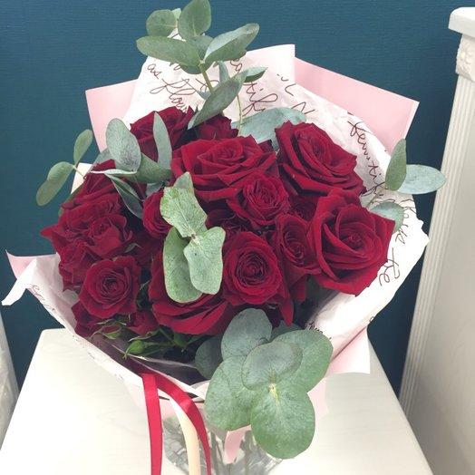 Букет с розами и эвкалиптом: букеты цветов на заказ Flowwow