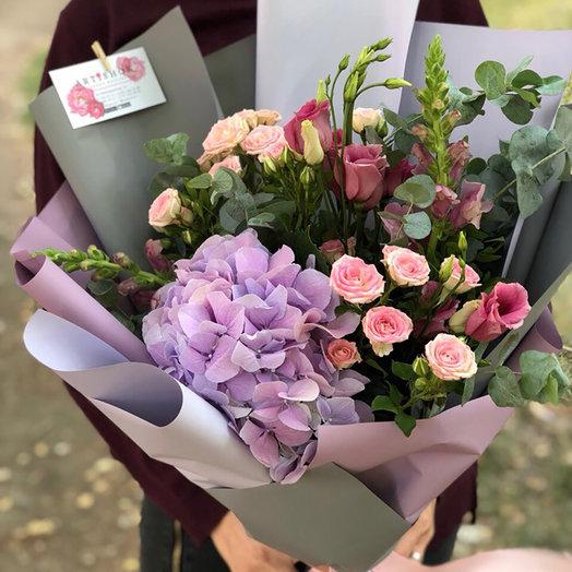 Сборный букет гортензия,кустовая роза, лизиантус.