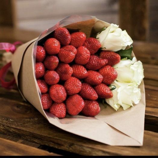 Клубничный букет с 3 розами: букеты цветов на заказ Flowwow