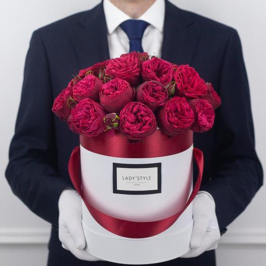 Пионовидная роза Red Piano в шляпной коробке M: букеты цветов на заказ Flowwow
