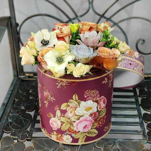 Экзотическая коробка с анемонами, розами и бискотти: букеты цветов на заказ Flowwow