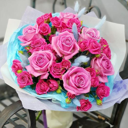 Букет из малиновых роз с голубым лагурусом