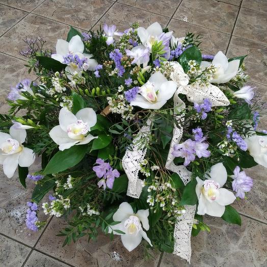 Шикарная корзина из белых орхидей