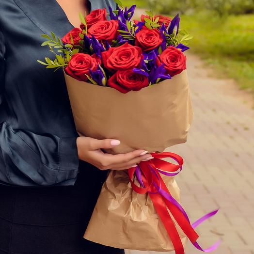 Букет из красных роз и ирисов: букеты цветов на заказ Flowwow