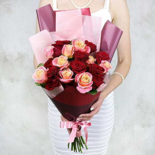 Букет из 21 красных и коралловых роз в оригинальной упаковке