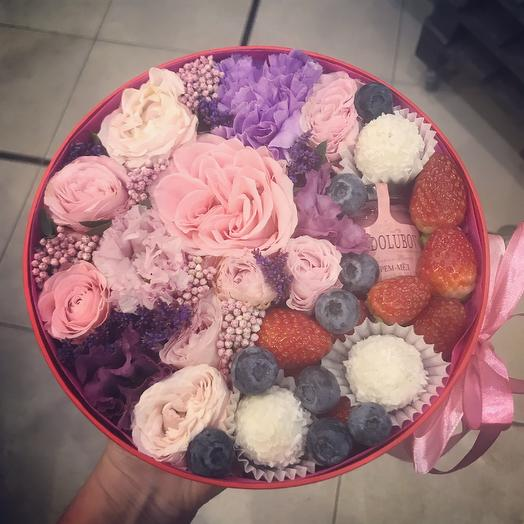 Шляпная коробка с цветами и сладостями: букеты цветов на заказ Flowwow