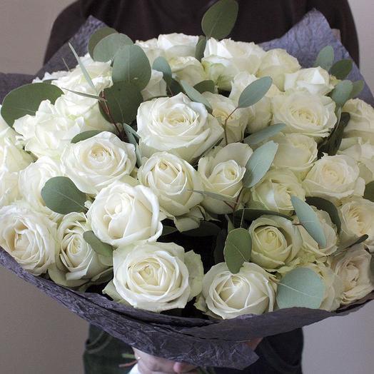 Белые розы (49) с эвкалиптом: букеты цветов на заказ Flowwow