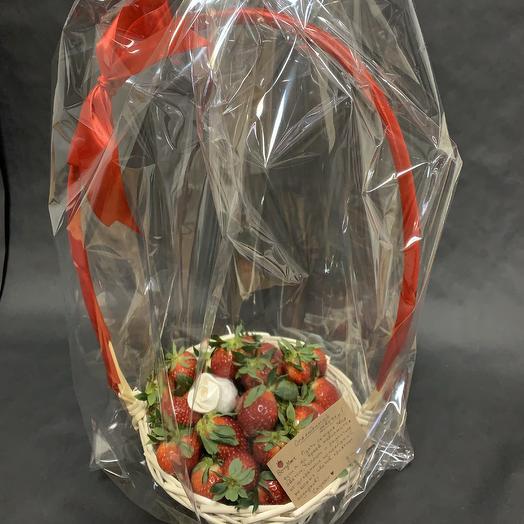Корзинка с клубникой и съедобной розочкой: букеты цветов на заказ Flowwow
