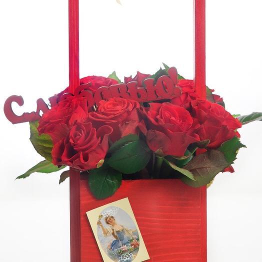 Розы в деревянном ящике