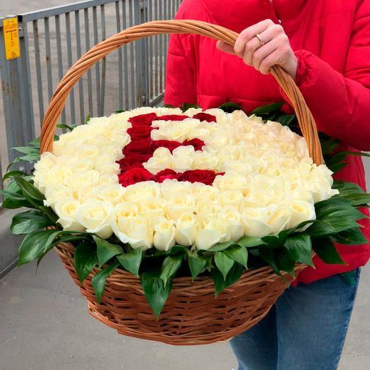 101 белая роза в корзине с любой буквой