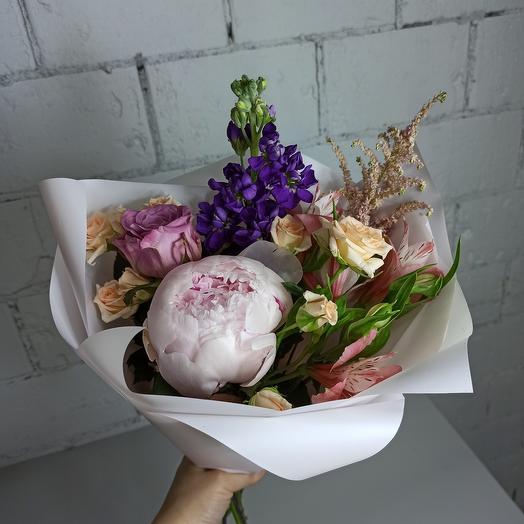 Букет-комплимент с пионом и ароматной маттиолой: букеты цветов на заказ Flowwow