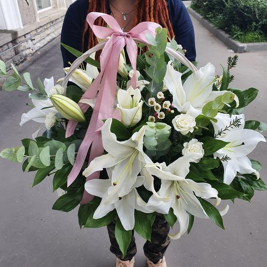 Ароматная лилия в плетеной корзине