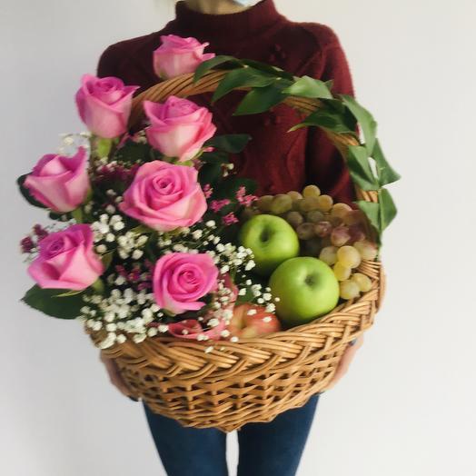 Корзина с фруктами и с розами