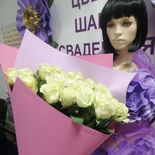 Букет из 25 белых роз в дизайнерской упаковке