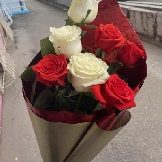 Букет из 7 бело-красных роз
